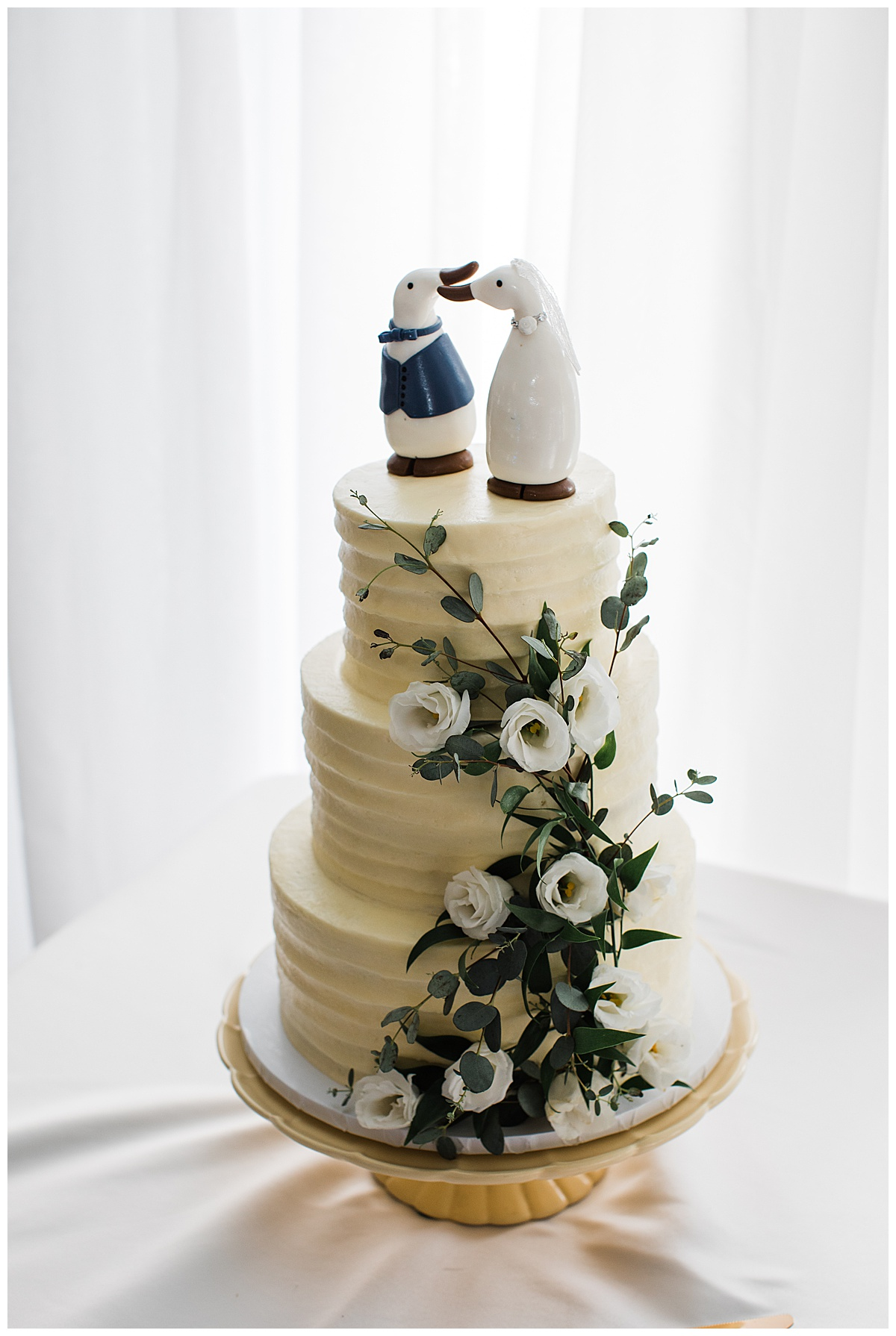 Wedding cake with penguin cake toppers  Ontario wedding  Toronto wedding photographer  3photography